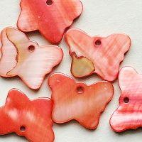 červené přívěsky z perleti