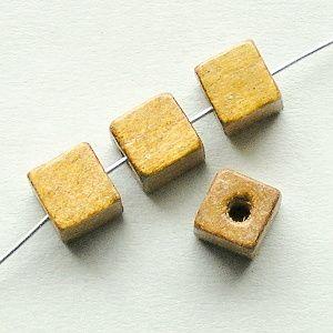 dřevěné korálky hnědé kostičky