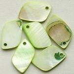světle zelené perleťové přívěsky